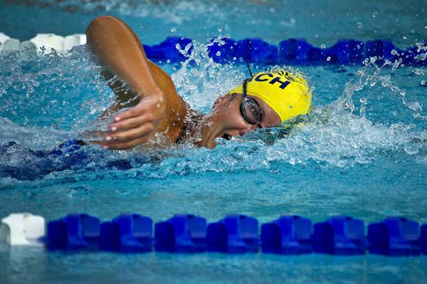 nadador en piscina con gorro amarillo