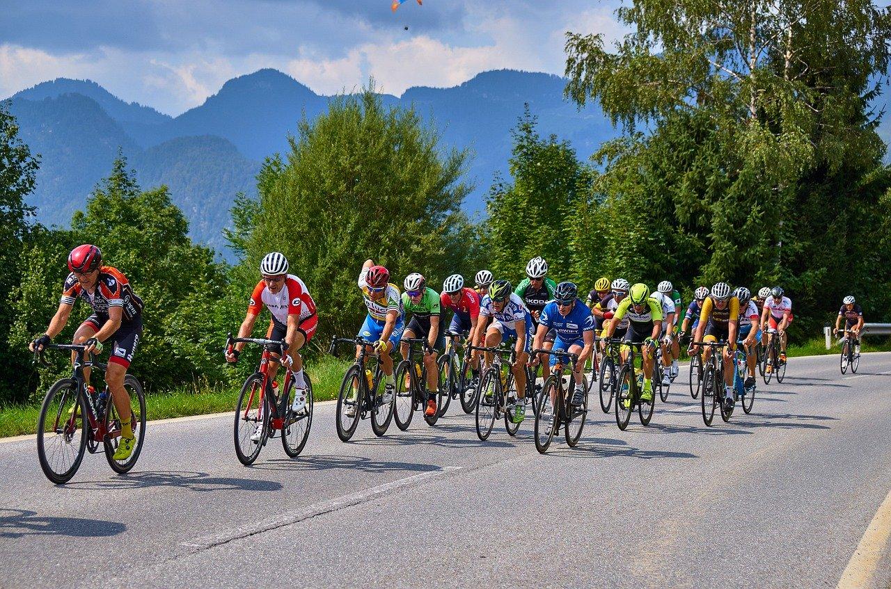 grupo ciclista con bicicletas de carretera