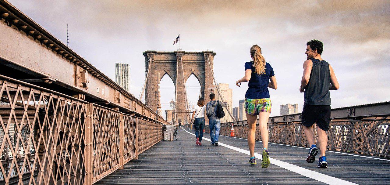 mujer y hombre practicando running