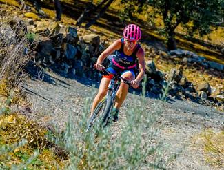 el triatlon cross se realiza con bicicleta MTB por caminos de tierra
