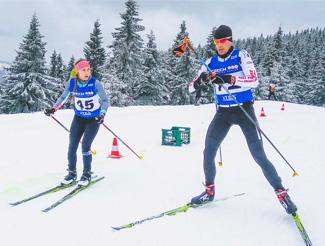 triatletas de invierno realizando esquí de fondo